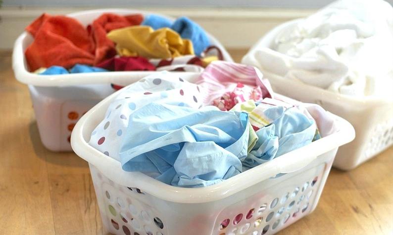 Como tirar manchas de suor da roupa