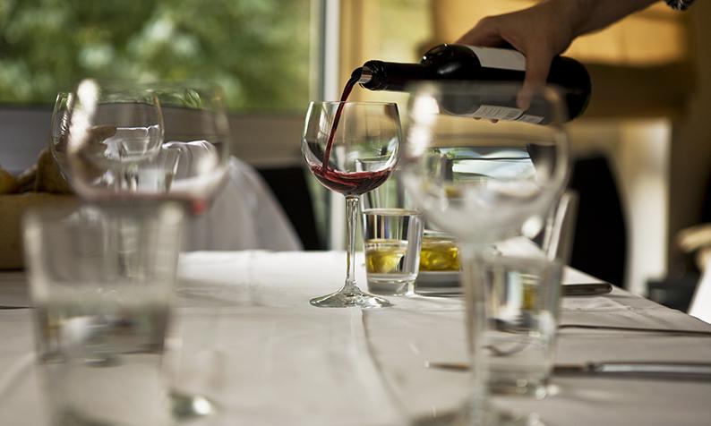 Como remover manchas de vinho tinto na toalha